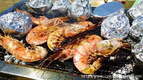 コストコのアルゼンチン産刺身用天然赤海老をバーベキューで焼いているところ